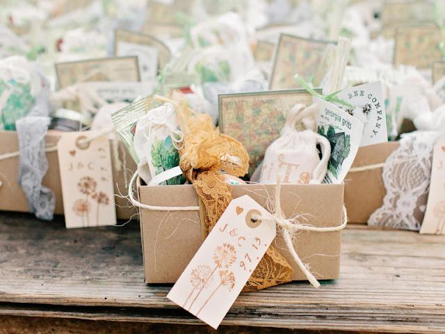 Recoger los obsequios para los invitados - Foto: www.theknot.com