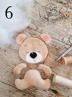 montaggio dell'orso in feltro