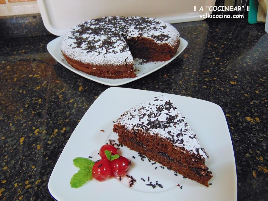 Bizcocho de chocolate y azúcar moreno relleno de mermelada