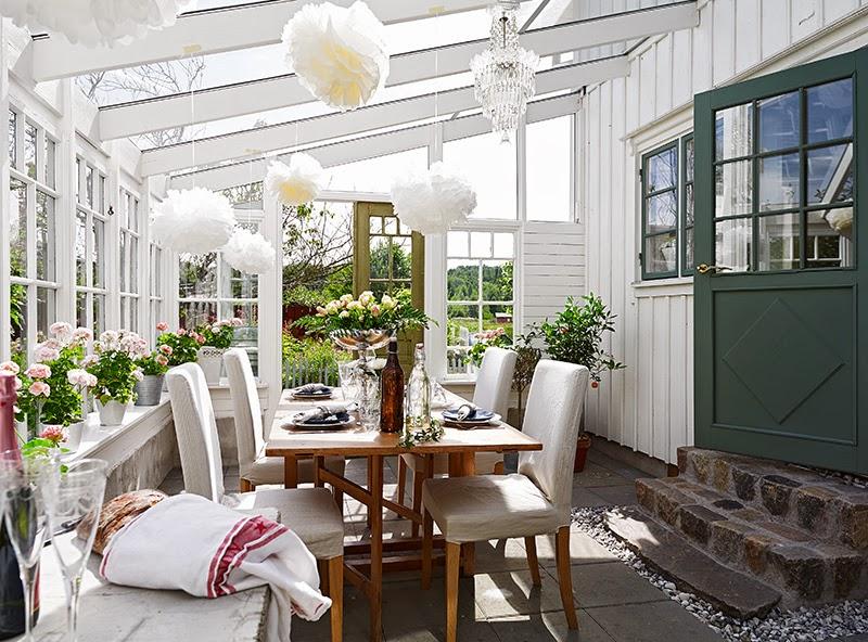 Biały, drewniany domek, wystrój wnętrz, wnętrza, urządzanie domu, dekoracje wnętrz, aranżacja wnętrz, inspiracje wnętrz,interior design , dom i wnętrze, aranżacja mieszkania, modne wnętrza, vintage, shabby chic, białe wnętrza, jadalnia, weranda