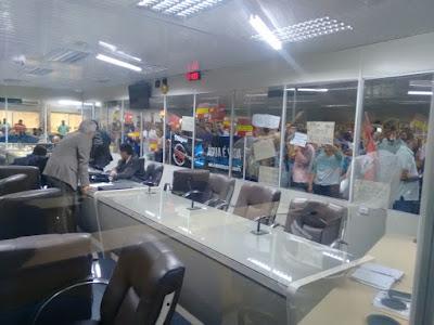 Manifestantes invadem Câmara de Campina Grande em protesto contra terceirização