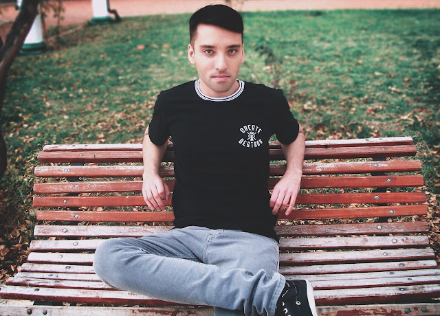 rodrigo+eker+foto+retrato+portrait+sentado+banco