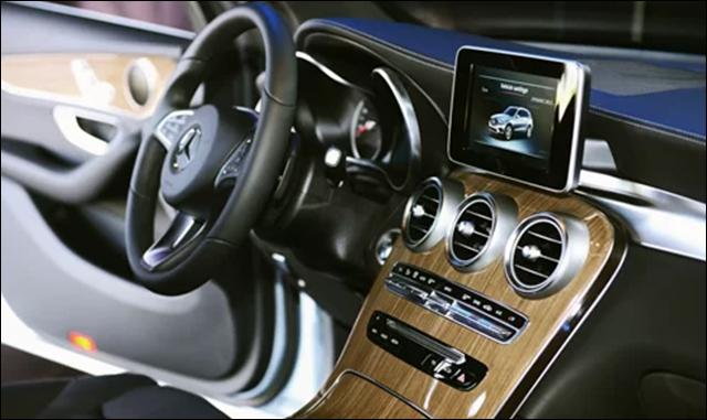 Mercedes GLC sở hữu khoang nội thất với bảng điều khiển liền khối buông dần xuống dưới