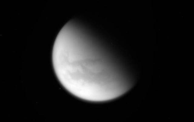Hình ảnh chưa qua xử lý của tàu Cassini chụp vệ tinh Titan vào lần tiếp cận ngày 21 tháng 4 vừa qua. Hình ảnh: NASA/JPL-Caltech.