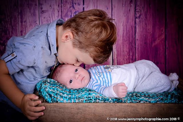 photo bisous du grand frère à bébé