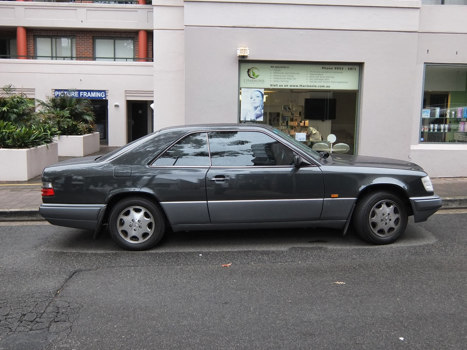 aussie old parked cars 1996 mercedes benz w124 e 220 coupe. Black Bedroom Furniture Sets. Home Design Ideas