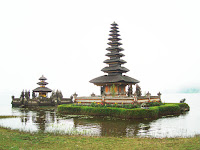 Фото пагод на озере Братан в Индонезии
