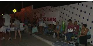 Pais passam três dias em filas para vagas em escolas de João Pessoa