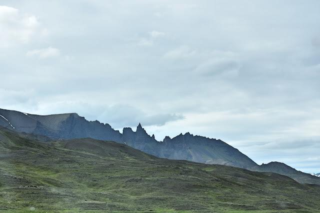 Widok na szczyty gór na Islandii