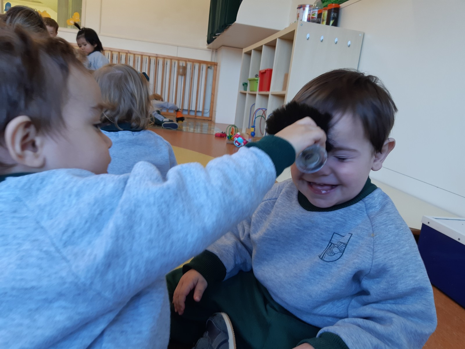 Resultado de imagen de massatges a infants amb brotxes