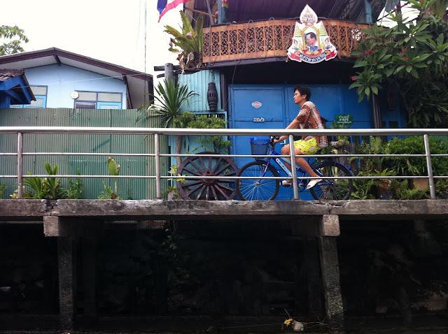 Una chica en bici paseando