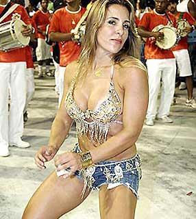 Joana Machado no Carnaval dançando e rebolando muito