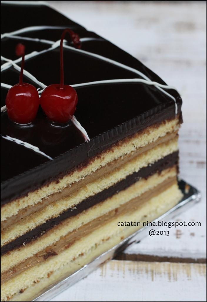 Setelah Puas Memandang Permukaan Opera Cake Yang Licin Ini Lebaay Aku Coba Coretin Dengan White Cooking Chocolate Dan Malah Gak