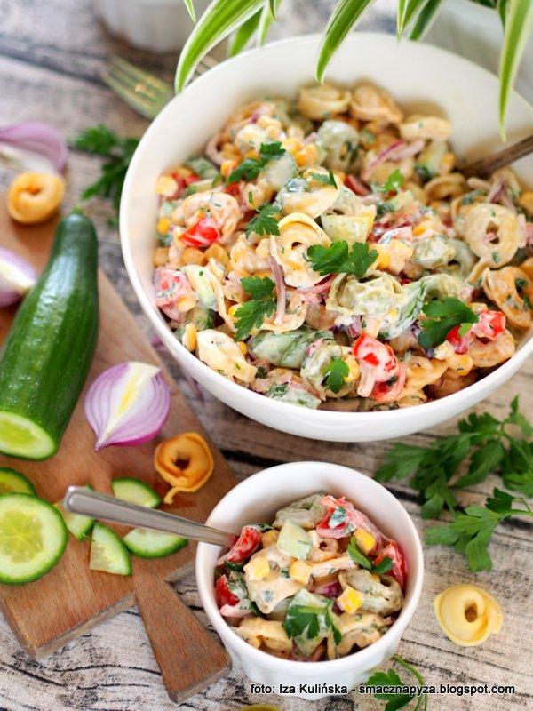salatka makaronowa, tortellini z prosciutto, makaron, pierozki, uszka, kolorowe warzywa, chrupiące, cos pysznego, domowe jedzenie
