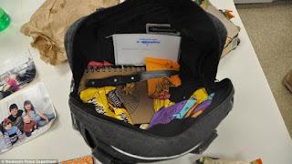 ハンドバッグ。中には包丁やノート、食物の包装などが入っている。