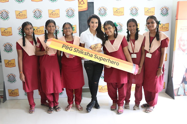 Actress Priya Anand in T Shirt with Students of Shiksha Movement Events 06.jpg