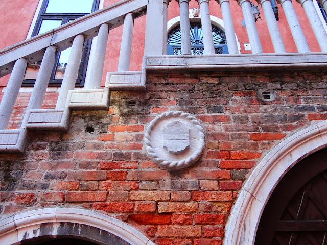 Detail schodiště na Campiello del Remer, Benátky