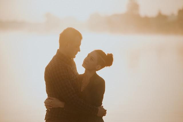 Sesja narzeczeńska o wschodzie słońca nad jeziorem.  Moose Wedding Fotografia