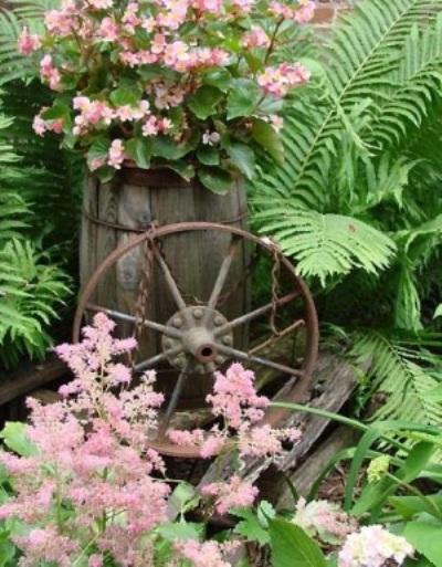 Garden art nyeleneh terbuat dari roda bekas.