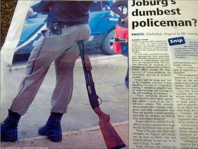 Lustiger Polizist benutzt dumm seine Waffe als Sitz witzig