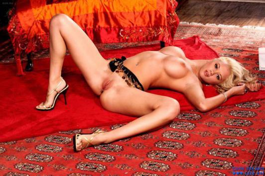 Codi Milo nua gata de buceta depilada e lindos peitões grandes