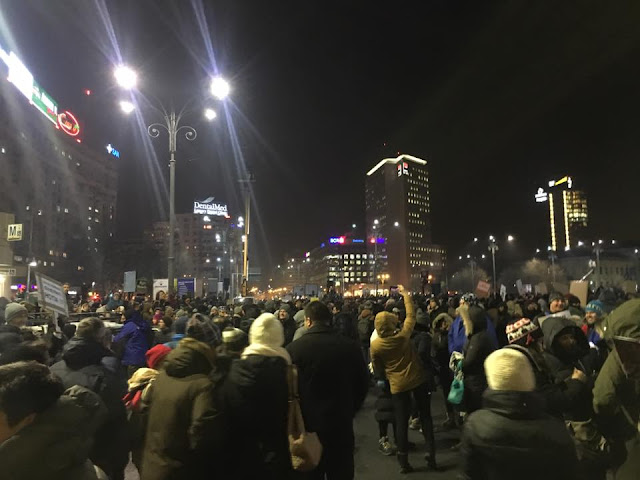 Multi oameni se aduna la Piata Victoriei