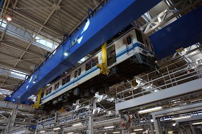 工場で吊り上げられる東武8000系