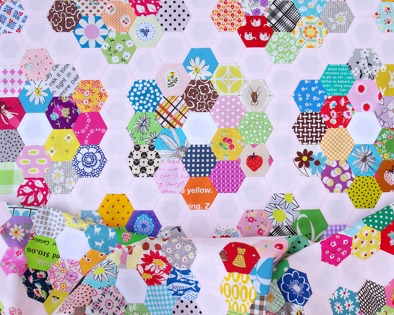 Grandmother's Flower Garden Quilt - Part 2 | © Red Pepper Quilts 2018 #scrapquilt #hexagons #englishpaperpiecing #redpepperquilts