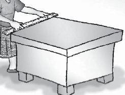 Mengukur panjang meja dengan satuan baku (penggaris berskala centimeter).