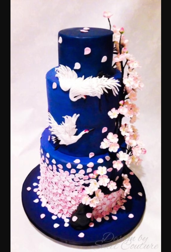 Kue Pernikahan Nuansa Biru dengan Tema Bunga Sakura dan Angsa