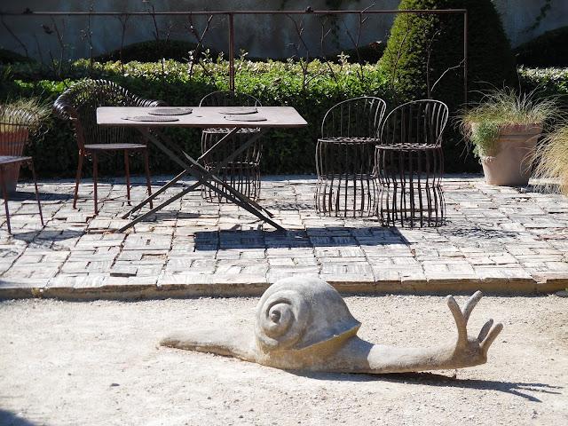 kącik wypoczynkowy w ogrodzie, ozdoby ogrodowe