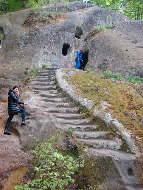 Каменная лестница на второй этаж монастыря