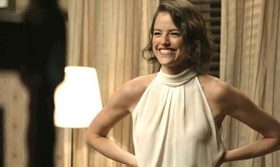 Josiane (Agatha Moreira) manda Rael (Rafael Queiroz) pegar o celular de Fabiana (Nathalia Dill), na novela 'A Dona do Pedaço' — Foto: Globo