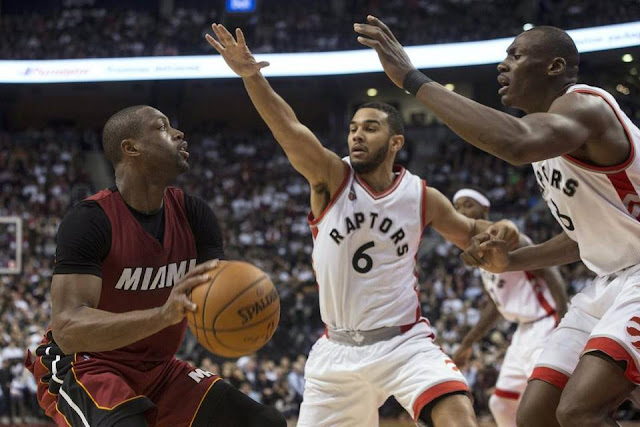 Dwyane Wade (Miami Heat), Cory Joseph et Bismack Biyombo (Toronto Raptors) lors d'un match NBA.