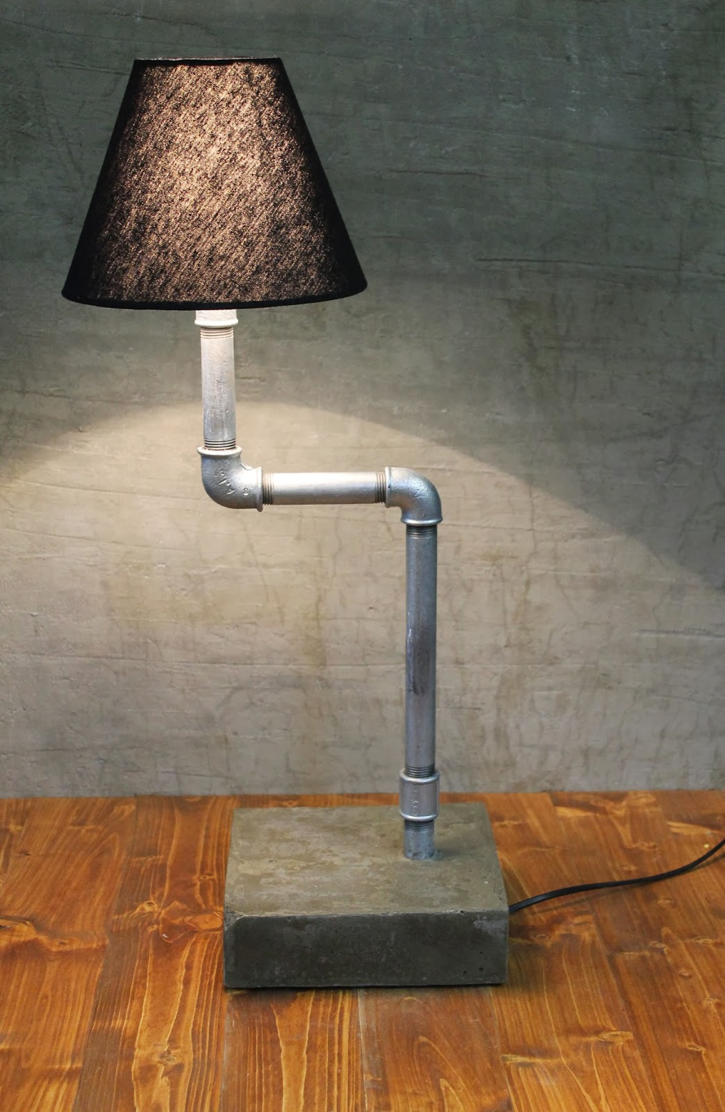 industrial style gusseisen rohr lampe auf betonsockel snakytube. Black Bedroom Furniture Sets. Home Design Ideas