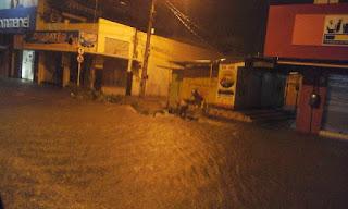 Moto é arrastada pelas águas durante chuva no Sertão neste domingo (20)