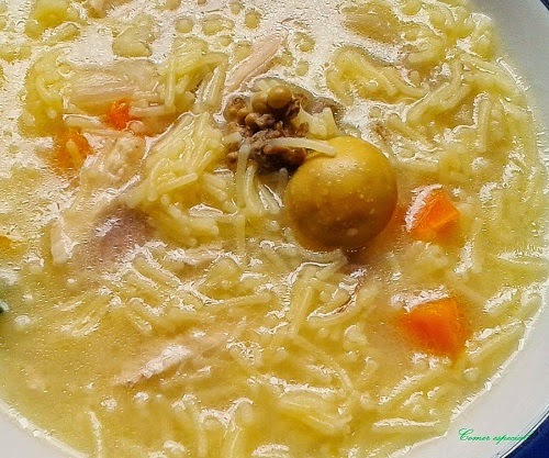 Sopa de fideos finos con gallina y caldo casero