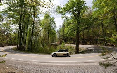Γιατί όλοι οι οδηγοί θέλουν να ζήσουν την εμπειρία του δρόμου-«δράκου» με τις 318 στροφές