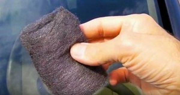 Τρίβει με ένα συρμάτινο σφουγγάρι το παρμπρίζ του αυτοκινήτου του! Το αποτέλεσμα; Καταπληκτικό! (ΒΙΝΤΕΟ)