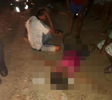 Colisão entre um caminhão e uma motocicleta acaba com uma mulher morta na vila Martins, em Acopiara