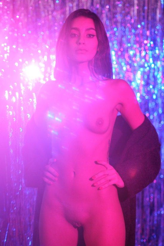 modelo francesa Carla Guetta fotografia Borja Álvarez RektMag sensual provocante luzes neon violeta roxo nudez