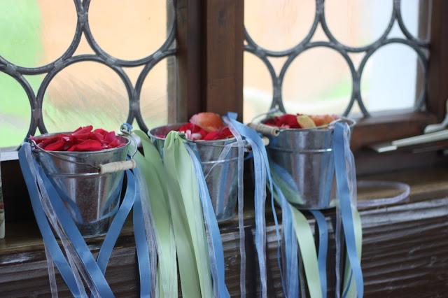 Streukörbchen-Alternative, Frühlingsdekoration Herbsthochzeit mit bunten Wiesenblumen im Hochzeitshotel Garmisch-Partenkirchen Riessersee Hotel Bayern, heiraten in den Bergen