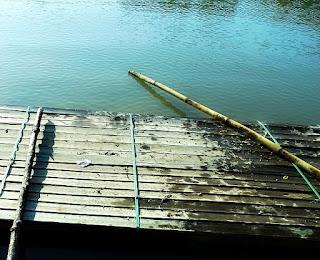 Embarcação improvisada em plataforma de madeira - Lagoa da Garibaldi, Encantado, RS