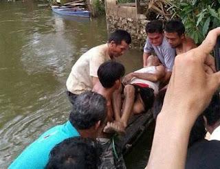 Sabtu kemarin korban dan istrinya sekitar  pukul 16.00 WIB,  pergi ke sungai Sekadau di  hilir Riam Raya untuk menjala ikan menggunakan perahu kayu, pada saat korban menjala