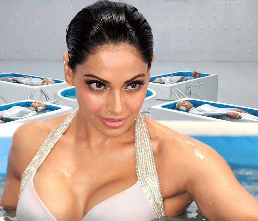 Bipasha Basu Showing Her Sexy And Big Boobs In Raaz 3