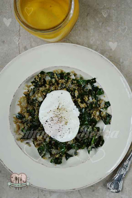 Huevo pochado espinacas quinoa