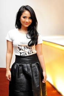 Penyanyi Muda Berbakat Gita Gutawa paia kaos kecil