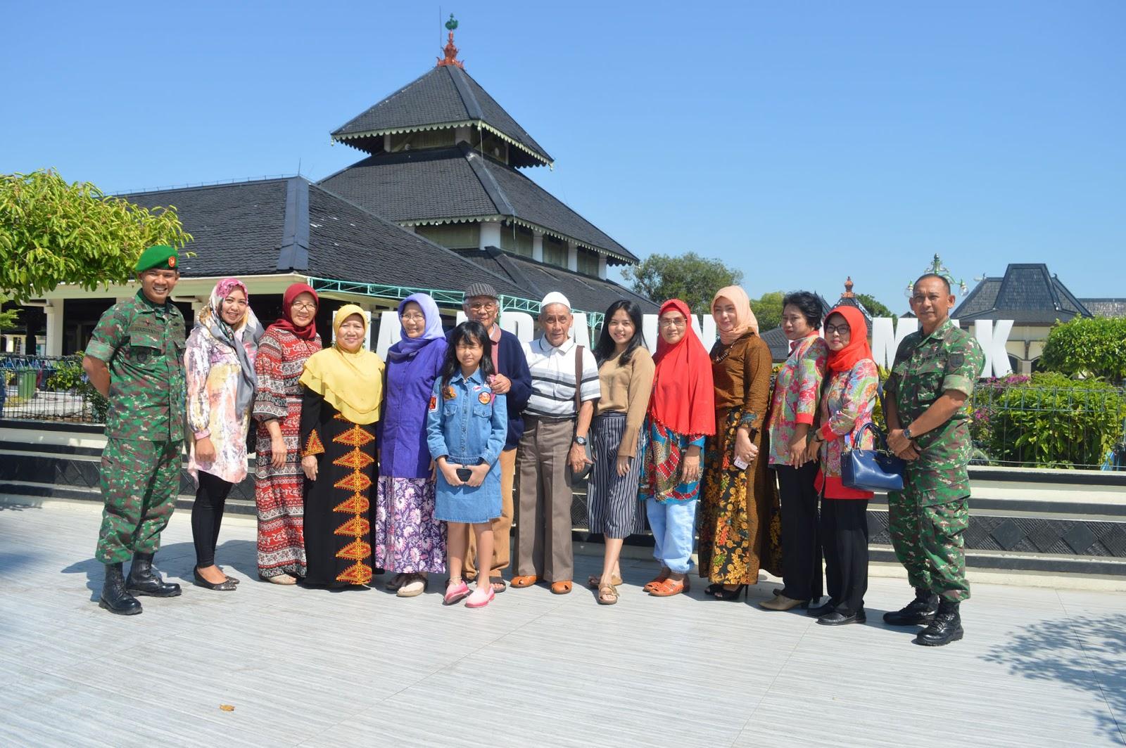 Mertua Pangdam Iv Diponegoro Kagumi Masjid Agung Demak Dan Makam