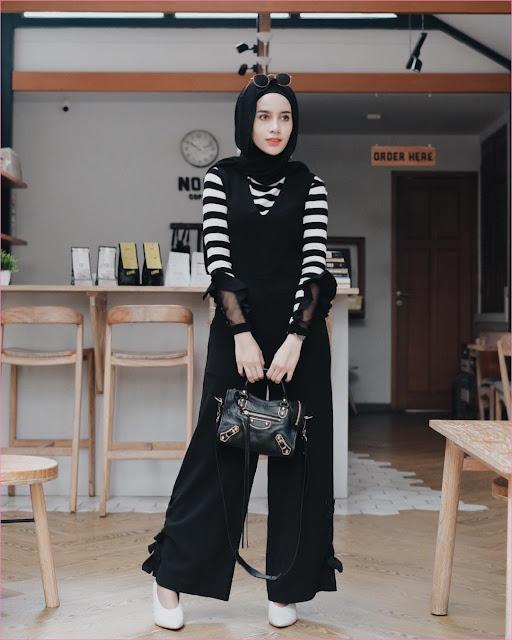 Mix And Match Outfit Baju Luaran (Inner) 2018 Ala Selebgram overall jumpsuit top blouse stripe hitam putih high heels wedges slingbags hijab pashmina rawis ciput rajut kacamata bulat ootd outfit celana pallazo cullotes makeup cafe