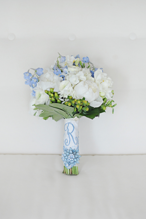 barn+wedding+rustic+horse+cowboy+cowgirl+babys+breath+centerpieces+bouquets+floral+arrangement+blue+baby+powder+burlap+woodland+organic+brown+barnhouse+groom+bridal+lace+bride+something+blue+Melissa+McCrotty+Photography+5 - Baby's Breath in the Barn